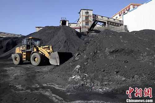 山西同煤集团一座矿井生产出大量的煤炭。(资料图片) <a target='_blank' href='http://www.chinanews.com/'>中新社</a>记者 韦亮 摄