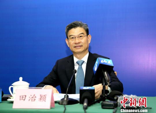 山东省市场监管局副局长田治颖介绍该省2018年市场主体发展情况。 闫栋 摄