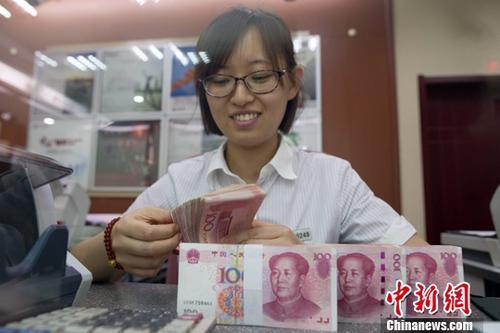资料图:银行工作人员正在清点货币。<a target='_blank' href='http://www.chinanews.com/'>中新社</a>记者 张云 摄