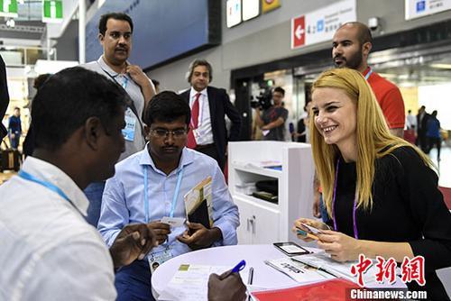资料图:在第122届中国进出口商品交易会上,来自33个国家和地区的620家企业在进口展区内展示产品 <a target='_blank' href='http://www.chinanews.com/' _fcksavedurl='http://www.chinanews.com/'></table>中新社</a>记者 陈骥�F 摄