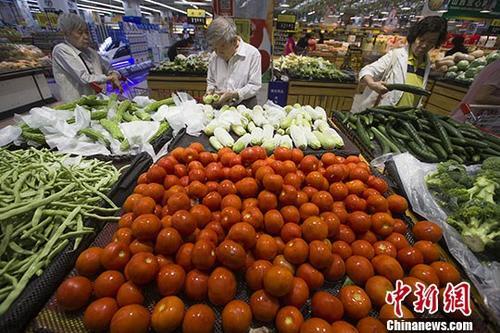 资料图:民众正在超市选购蔬菜。 <a target='_blank' href='http://www.chinanews.com/'>中新社</a>记者 张云 摄