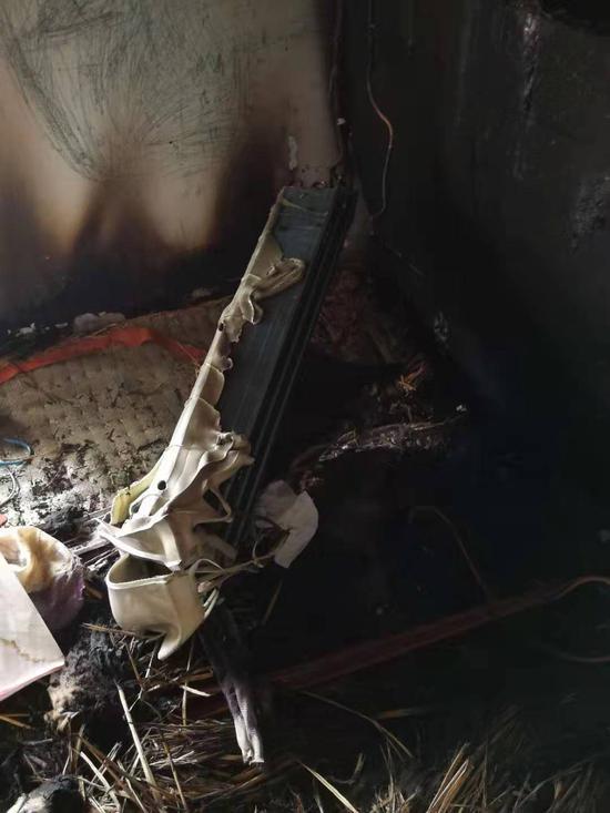 ▲火灾发生后吴先生的房屋一片狼藉