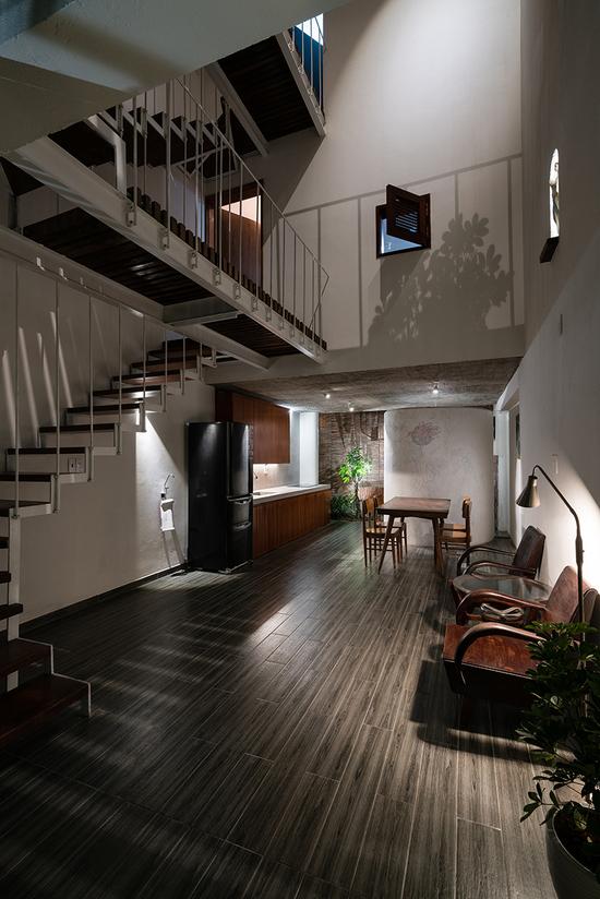 设计者将起居室、餐厅与厨房区域连接在一起,创造出开敞的室内空间