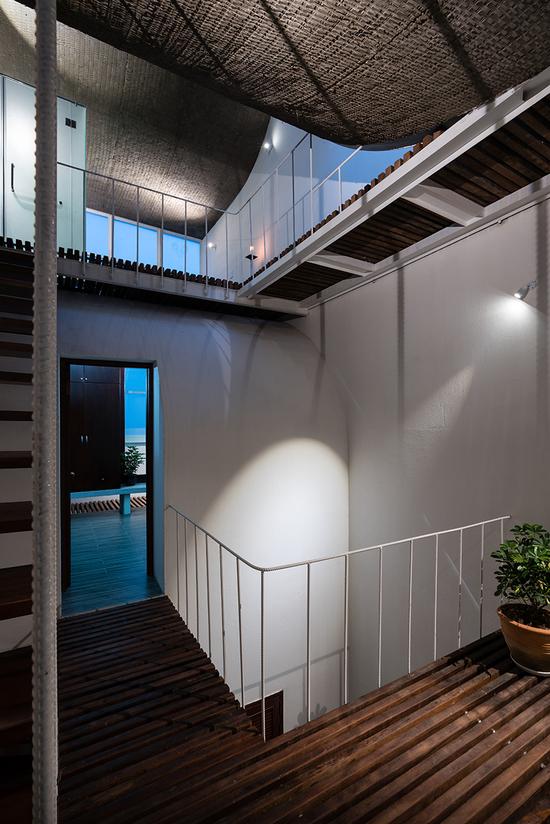 设计者利用地板的孔隙将住宅中的空间联系起来