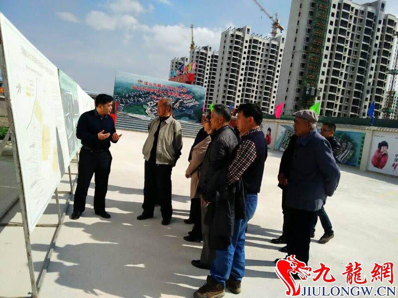 局长在向老干部讲解中心城市建设.jpg