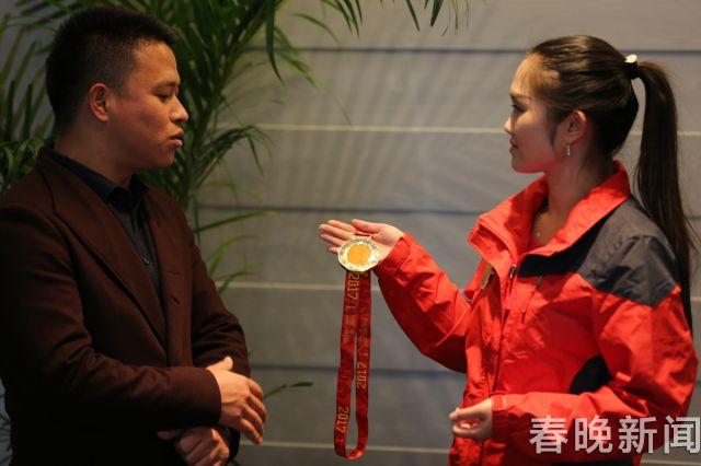 杨本达介绍奖牌制作过程