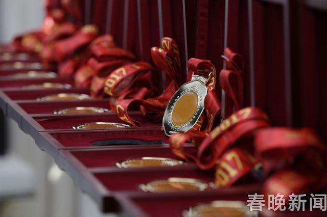 """龙陵黄龙玉""""金镶玉""""今晚亮相劳伦斯冠军奖现场 (5)"""