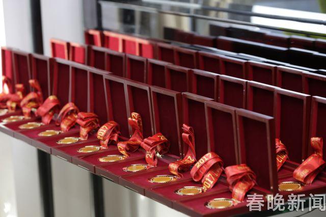 """龙陵黄龙玉""""金镶玉""""今晚亮相劳伦斯冠军奖现场 (2)"""