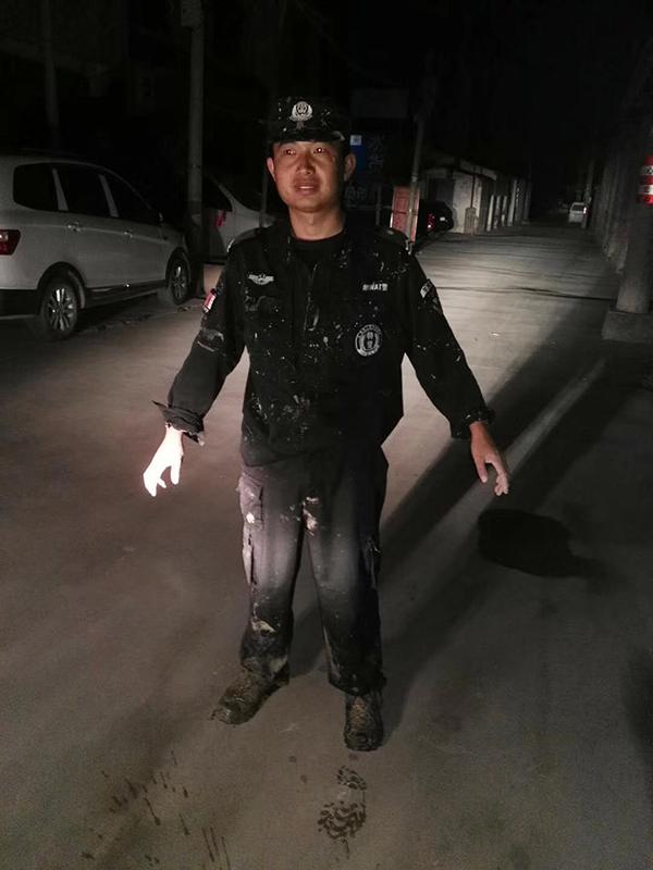 暖心!7旬老太陷深沟 警察跳入冷水中30分钟救出
