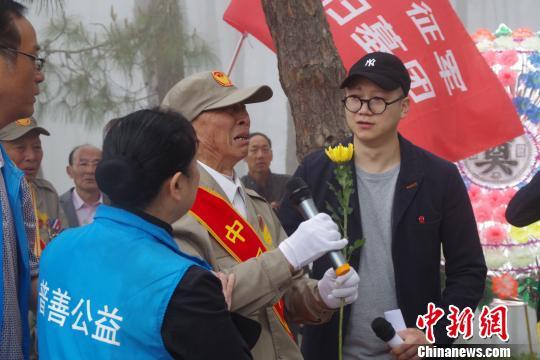 图为廖沛林在进行祭奠仪式时代表老兵发言 陈静 摄