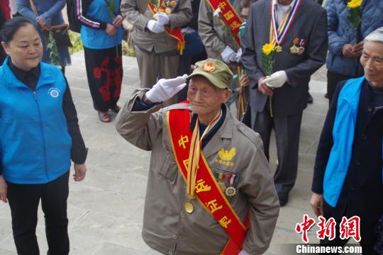 十名四川抗战老兵到访云南松山战役遗址祭奠战友