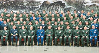 中央军委改革工作会议11月24日至26日在京举行。中共中央总书记、国家主席、中央军委主席、中央军委深化国防和军队改革领导小组组长习近平出席会议并发表重要讲话。这是习近平亲切接见会议代表,同大家合影留念。
