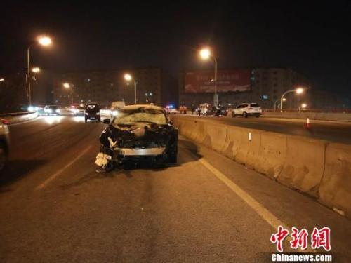 哈尔滨二环桥发生交通事故致5名清雪工死亡2人受伤 图为:事故现场 王琳 摄