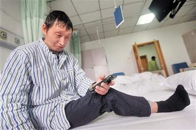 看着学生发来的祝福视频,刘坤贤感动得流泪。 本报记者 雷键 摄