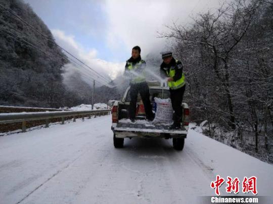 四川九环东线黄土梁路段积雪7厘米交警撒盐500斤除冰