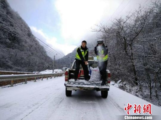 民警沿途撒盐除冰。 平武交警提供