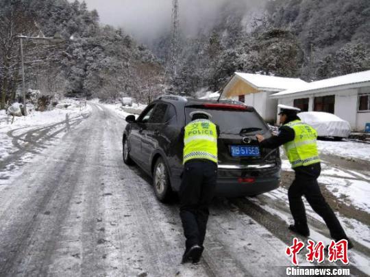 民警帮助车辆安全通行。 平武交警提供