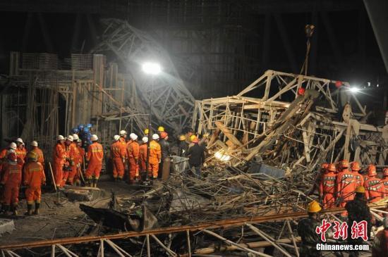 24日7时30分许,江西省宜春丰城电厂三期扩建工程D标段冷却塔平桥吊倒塌,造成上面模板混凝土通道坍塌。事故发生时,施工单位正在进行零点班和早班交接,初步确认现场共有70人。 刘占昆 摄