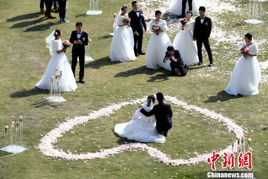 新人在婚礼现场互相留下令人难忘的一刻。 王东明 摄
