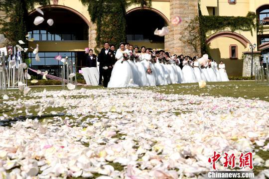 百位城市建设者厦门办集体婚礼:幸福加倍(组图)