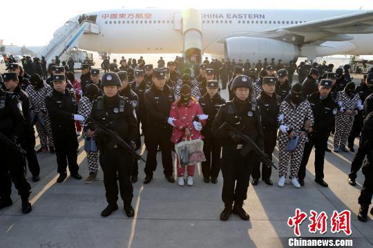 陕西警方赴老挝成功捣毁电信诈骗窝点63名嫌犯押解回陕