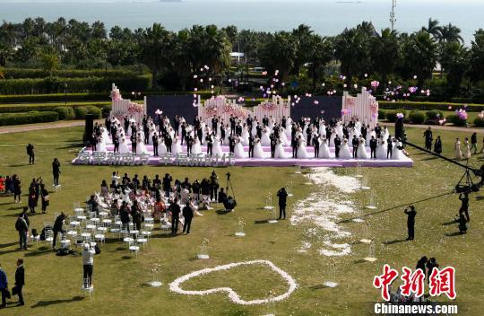50对新人在碧海蓝天的见证下,携手许下爱的誓言。 王东明 摄