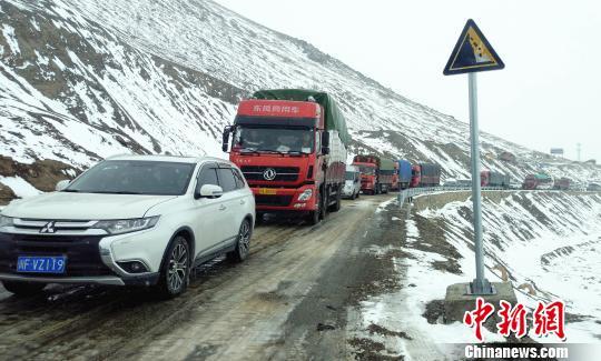 川藏线滞留车辆恢复通行 路凯 摄
