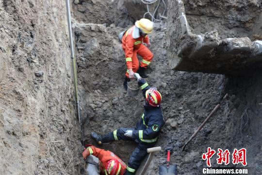 湖北荆州一工人被埋众人接力刨土救人(图)