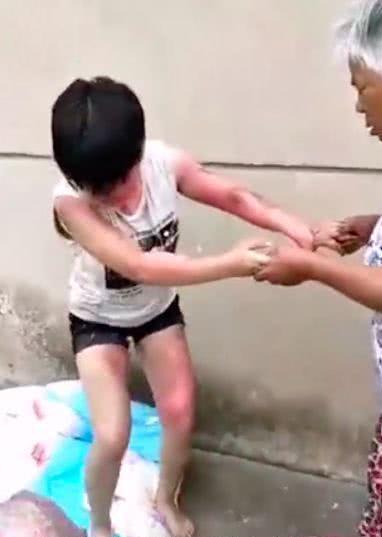 扬州被泼开水女孩已脱离生命危险 涉事女子被批捕