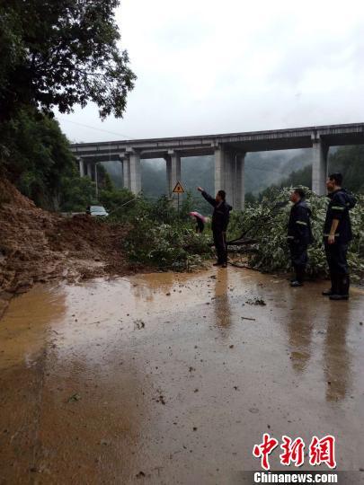 强降雨造成略阳17个镇办不同程度受灾。 略阳县委宣传部