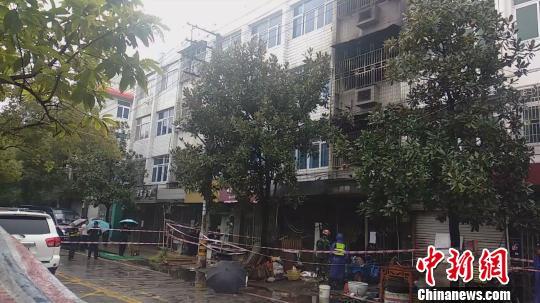 浙江温州龙湾一民房发生火灾致4人死亡