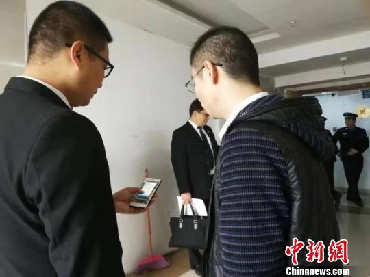 11月7日,江西省南昌市经开区法院执行干警向申请执行人展示,执行款23万已到法院账户。 法院供图 摄