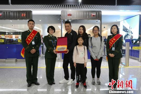 重庆机场口岸出入境人数首次突破300万人次