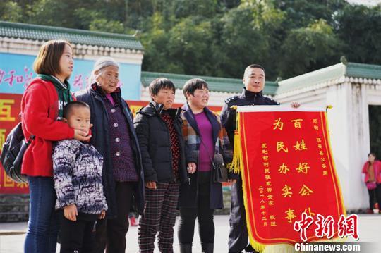 贺大香家人给江安县公安局送锦旗以表感谢。 程文帝 摄