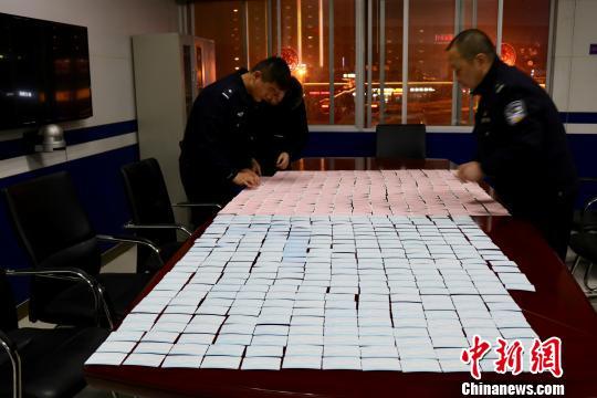 湖北襄阳公安捣毁制假窝点 收缴假车票1600余张(图)