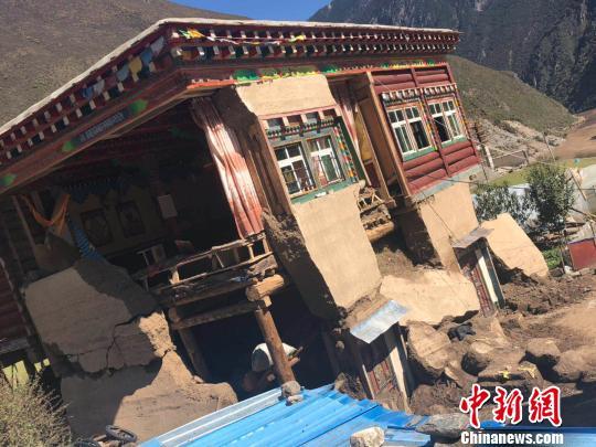 图为西藏金沙江堰塞湖灾区受损的农房。 王佳伟 摄