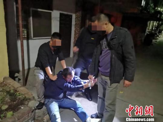 湖北一民警负伤忍痛肉搏持刀毒贩搜获近千颗麻果