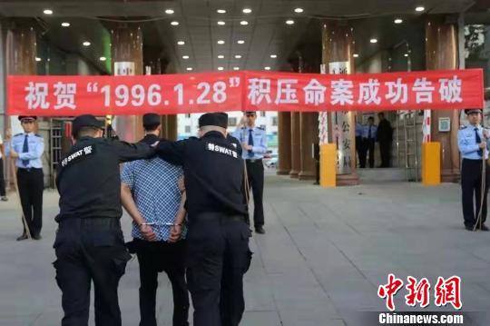 图为犯罪嫌疑人被押解回通辽 。警方供图