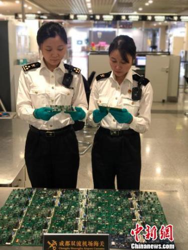 成都海关首次在空港旅检渠道查获赌博用老虎机主板。成都海关供图