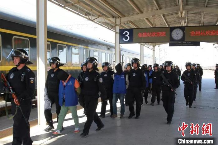 金昌警方押解11名犯罪嫌疑人。(资料图) 钟欣 摄