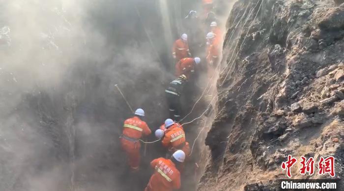 救援人员正在进行救援 解培华 摄