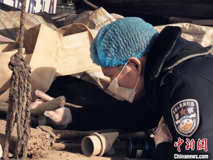 资料图:民警在案发现场调查取证 戈潇阳 摄
