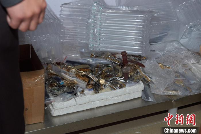 """警方在""""飓风42号""""特大制售假冒知名品牌手表专案中查获的涉案物品 罗家文 摄"""
