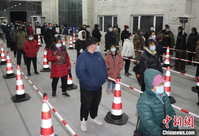 图为河北省固安县居民排队等候进行核酸检测。 门丛硕 摄