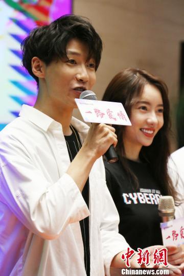 知名新生代青年演员刘萌萌(右)、贾征宇(左)出席活动。 任海霞 摄