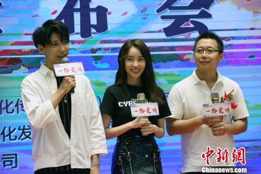编剧导演陈晓曦(右),知名新生代青年演员刘萌萌(中)、贾征宇(左)出席活动。 任海霞 摄