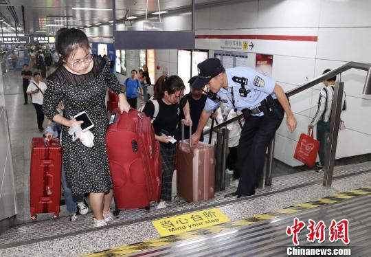 帮助游客的杭州地铁民警。 警方 供图 摄
