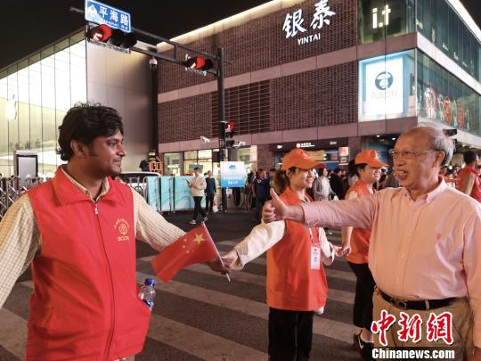 游客向上城公民警校国际志愿者点赞。 警方 供图 摄