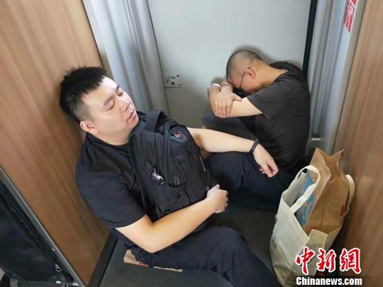 成功抓捕嫌疑人的淳安民警在回程火车上。 警方 供图 摄