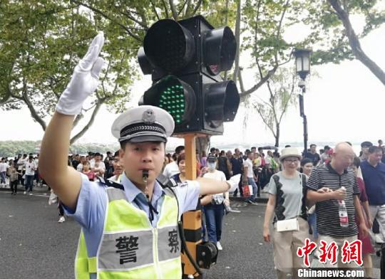 正在西湖边执勤的杭州公安交警。 警方 供图 摄
